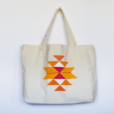 صورة DRM: حقيبة تحميل عريضة من الكانفس مزينة بنقش السدو