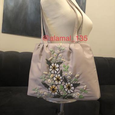 صورة حقيبة كتف قماش بالتطريز اليدوي