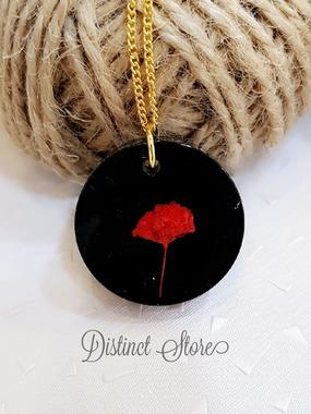 صورة سلسال أسود مع ورد أحمر